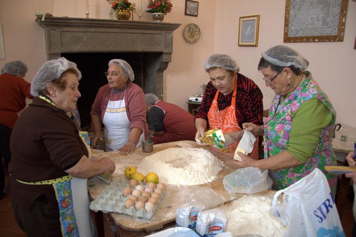 Le donne si ritrovano in cucina a novellara il portico for Si riportano in cucina