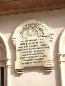 Lapide a memoria dell'Olocausto, collocata sulla facciata della sinagoga di Alessandria (Italia)