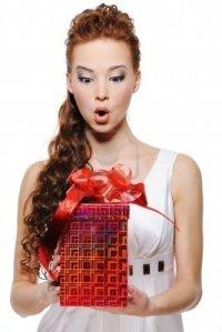 5694204-ritratto-di-una-femmina-stupore-la-scatola-con-regalo--isolati-su-bianco