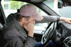 21356067-Bored-m-de-Mann-am-Steuer-seines-Autos-warten-im-Stau-Lizenzfreie-Bilder